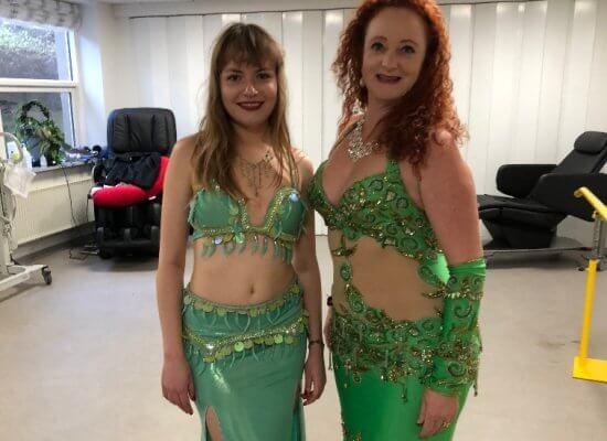 to mavedanser i grønne kjoler klar til show